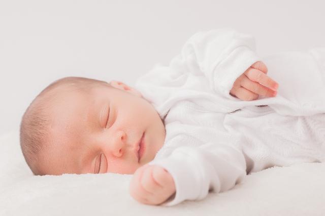 赤ちゃん冬の布団の枚数は?蹴とばす理由と対策を教えて~