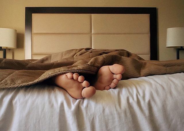 つま先が冷えて眠れない原因は?足を温めるグッズ対策の5選